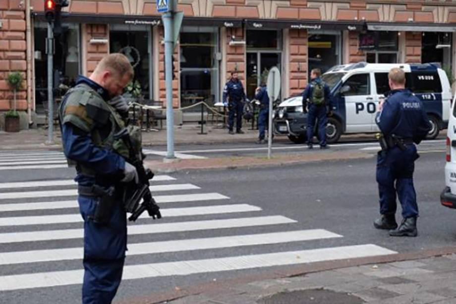 Policiais patrulham uma rua na cidade finlandesa de Turku, onde várias pessoas foram esfaqueadas - 18/06/2017