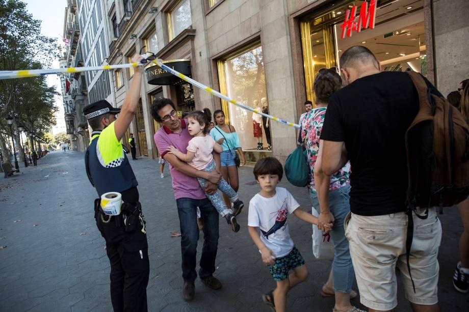 Policial ajuda na evacuação dos arredores da praça La Rambla, em Barcelona