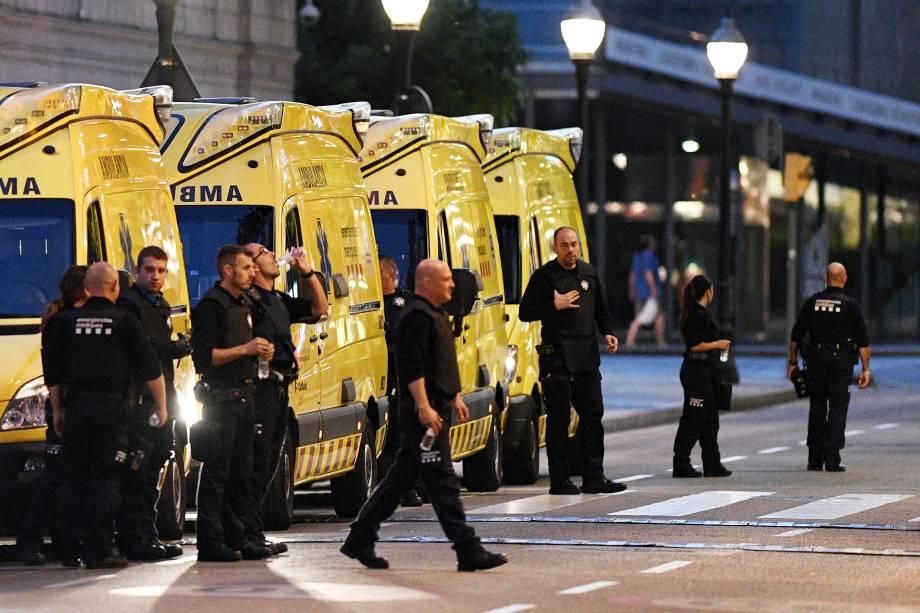 Paramédicos aguardam instruções para socorrer vítimas de ataque terrorista por atropelamento em Barcelona
