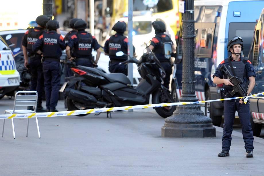 Policiais armados patrulham as ruas depois de uma van ter atropelado pedestres nos arredores da avenida Las Ramblas, no centro de Barcelona, na Espanha - 17/08/2017