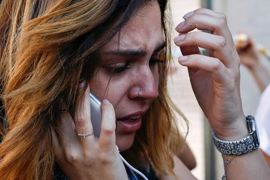 Mulher chora próximo do local de um atropelamento em La Rambla, Barcelona, na Espanha - 17/08/2017