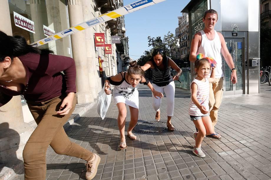 Pessoas fogem do local de um atropelamento na Rambla, em Barcelona, na Espanha - 17/08/2017