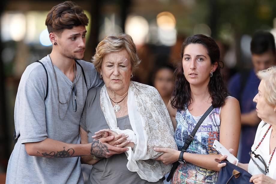 Pessoas caminham próximo do local de um atropelamento em La Rambla, Barcelona, na Espanha - 17/08/2017