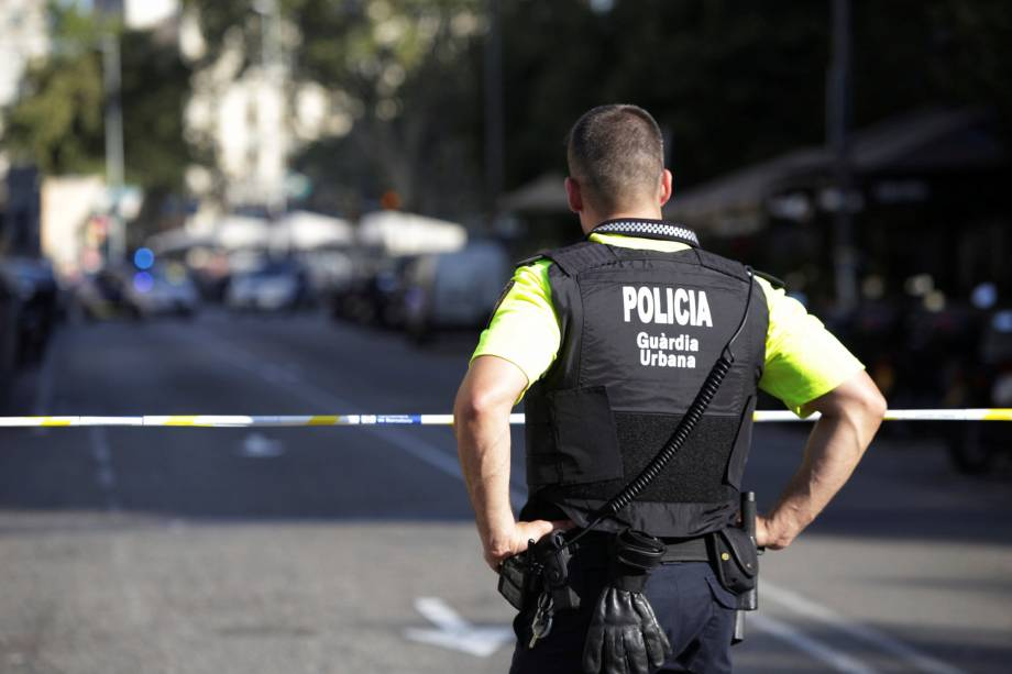 Policial catalão é fotografado em frente a uma rua fechada após o atropelamento em Las Rambles, Barcelona - 17/08/2017