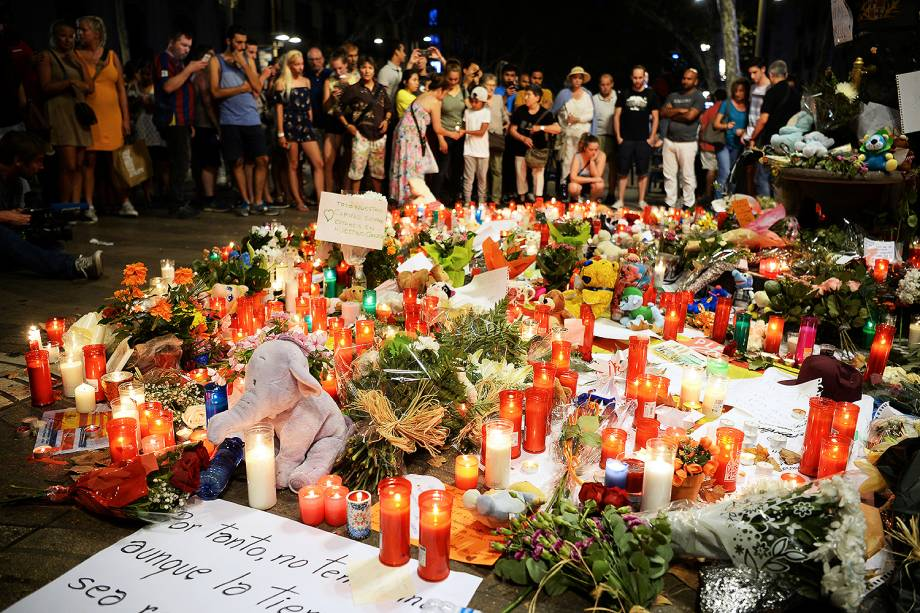 Pessoas deixam flores, velas e cartazes para homenagear as vitimas do atropelamento terrorista em La Rambla, Barcelona, na Espanha - 18/08/2017