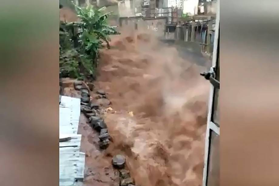Ruas inundadas em Regent, nos arredores de Freetown capital de Serra Leoa. As inundações e deslizamentos de terra já deixaram centenas de mortos - 14/08/2017