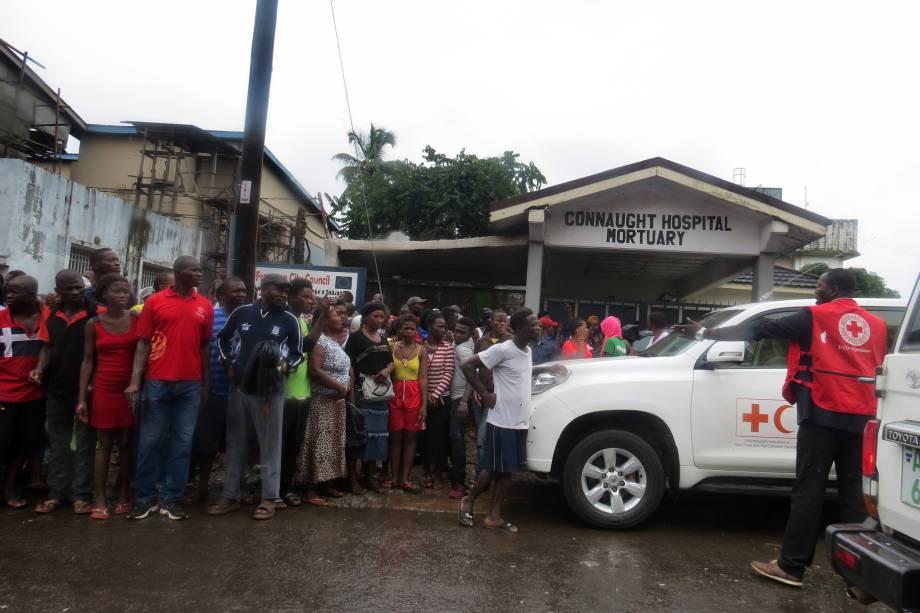 Dezenas de pessoas se reúnem em frente ao hospital Connaught em Freetown, Serra Leoa, após sequência de inundações e deslizamentos - 14/08/2017
