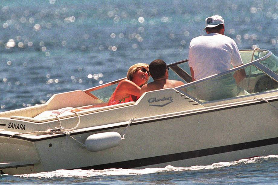 A princesa Diana ao lado do playboy egípcio Dodi Fayed, durante cruzeiro pelo Mediterrâneo em 1997