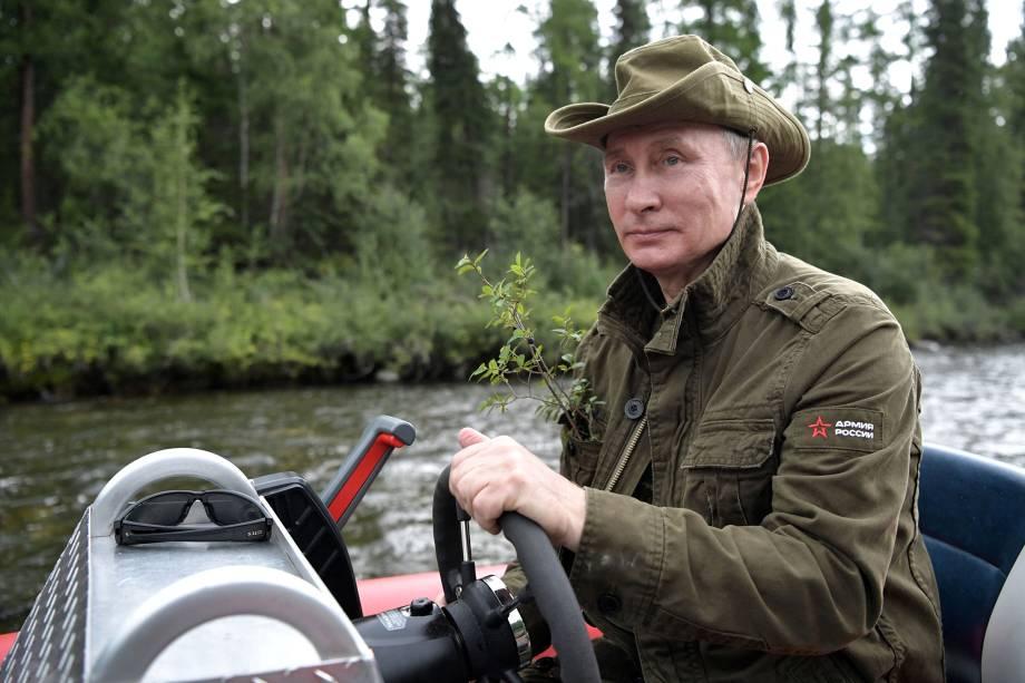 O presidente russo, Vladimir Putin, pilota um barco durante viagem de caça e pesca na República de Tyva