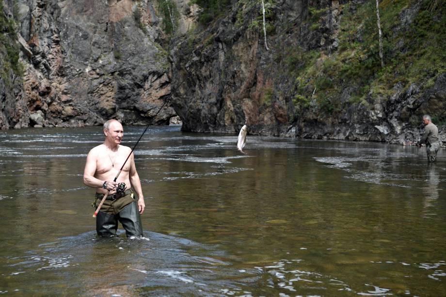 O presidente russo, Vladimir Putin, durante viagem de caça e pesca na República de Tyva