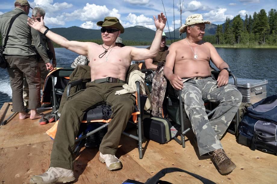 O presidente russo Vladimir Putin e o ministro da Defesa, Sergei Shoigu, descansam depois de pescar durante viagem na república de Tyva
