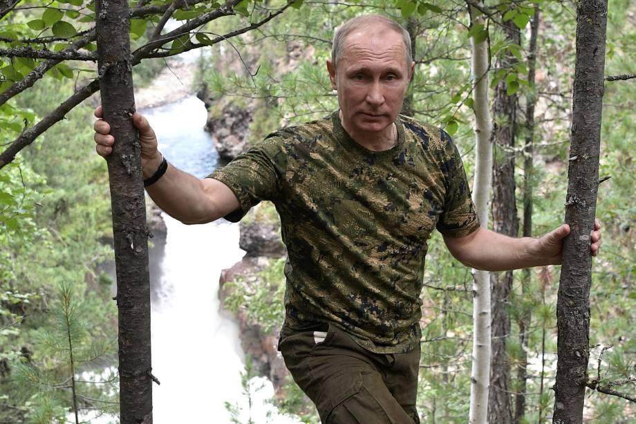 O presidente russo, Vladimir Putin, posa para foto com uniforme camuflado durante viagem de férias na República de Tyva