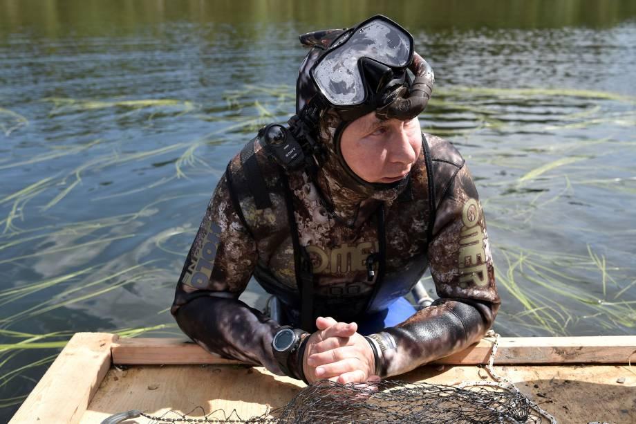 O presidente russo, Vladimir Putin, usa roupa de mergulho durante viagem de férias na República de Tyva