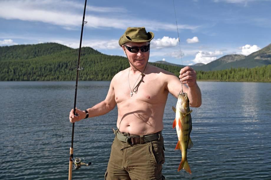 O presidente russo, Vladimir Putin, segura um peixe durante viagem de caça e pesca na República de Tyva