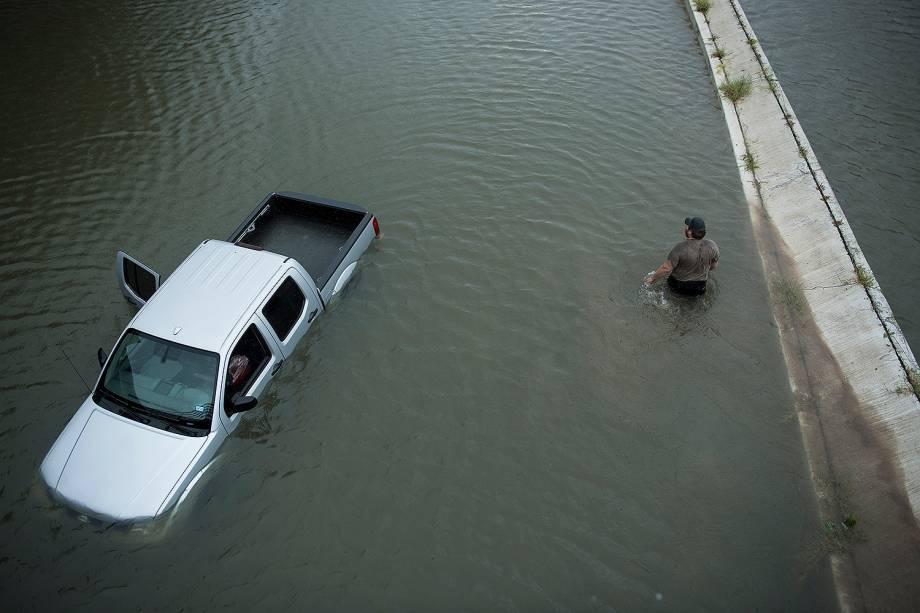 Morador abandona o carro após evacuar sua casa em decorrências das inundações provocadas pela passagem do furacão Harvey em Houston, no estado americano do Texas - 28/08/2017