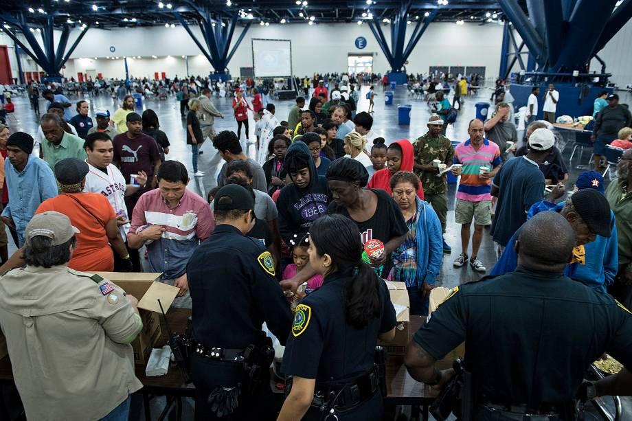 Desabrigados são atendidos após inundações provocadas pela passagem do furacão Harvey em Houston, no estado americano do Texas - 28/08/2017