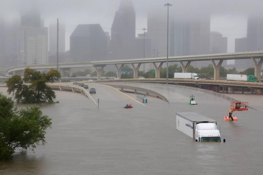 Rodovia interestadual 45 fica submersa em decorrência dos efeitos do furacão Harvey em Houston, no Texas - 27/08/2017