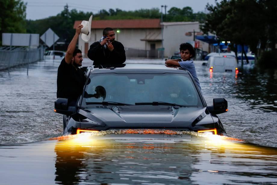 Moradores usam um caminhão para atravessar a inundação em Houston, no Texas - 27/08/2017