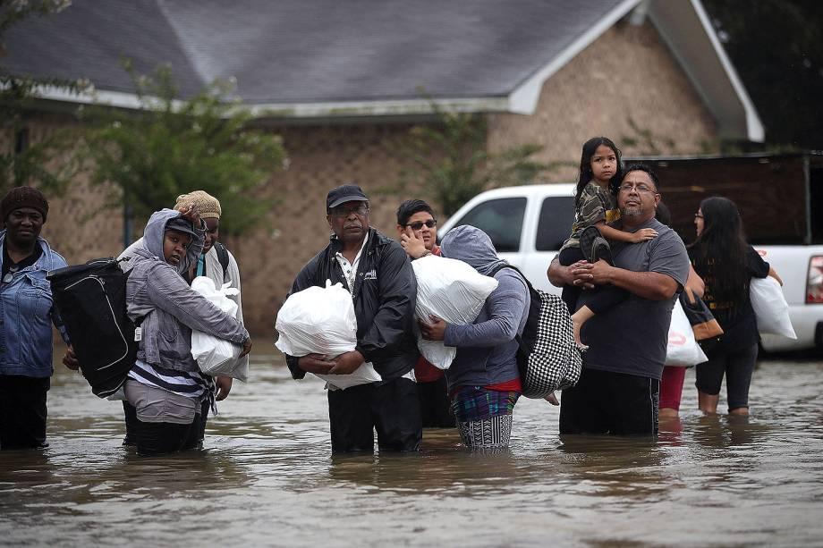 Moradores  deixam suas casas em decorrências das inundações provocadas pela passagem do furacão Harvey em Houston, no estado americano do Texas - 28/08/2017