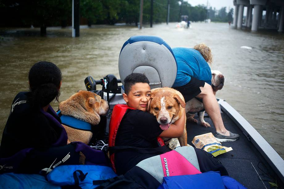 Moradores  deixam suas casas em decorrências das inundações provocadas pela passagem do furacão Harvey em Spring , no estado americano do Texas - 28/08/2017