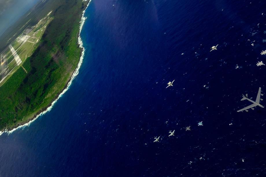 Aviões da Força Aérea dos EUA e do Japão durante um exercício militar na base aérea de Anderse, na Ilha de Guam