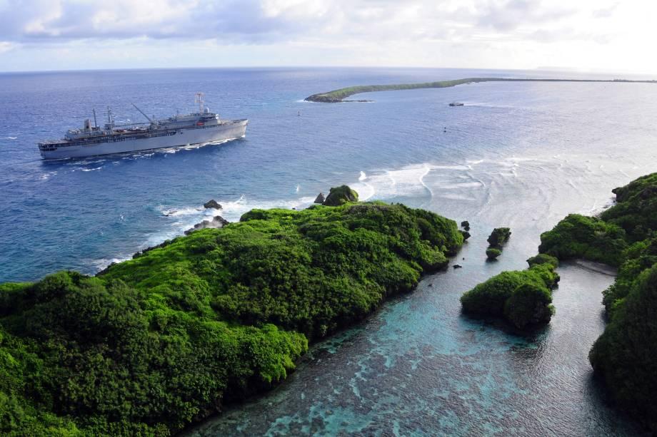 O navio USS Frank Cable passa pela Ilha de Guam