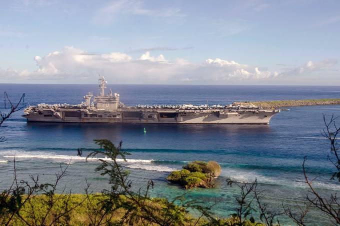 O navio americano USS Carl Vinson chega à Ilha de Guam