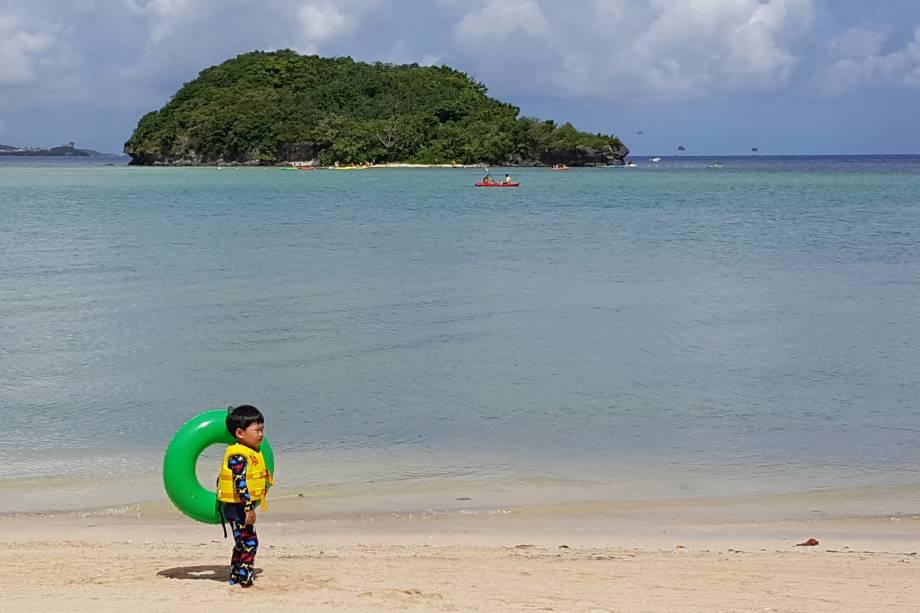Turistas aproveitam praia na Ilha de Guam