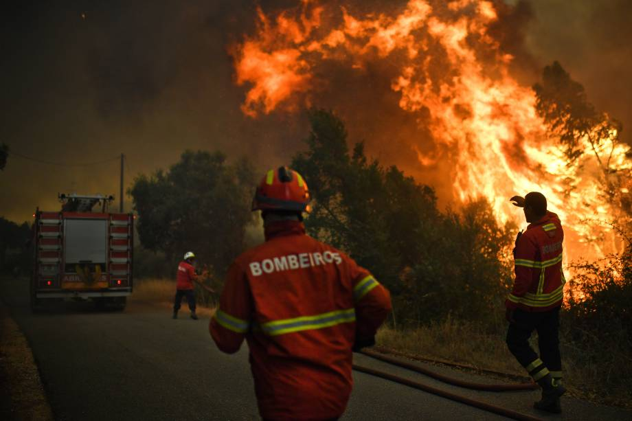 Bombeiros trabalham para conter as chamas do Incêndio florestal na Vila de Pucaria, em Abrantes. Cerca de 3000 homens já lutaram contra 80 incêndios em Portugal desde que as temperaturas escaldantes tomaram conta do país
