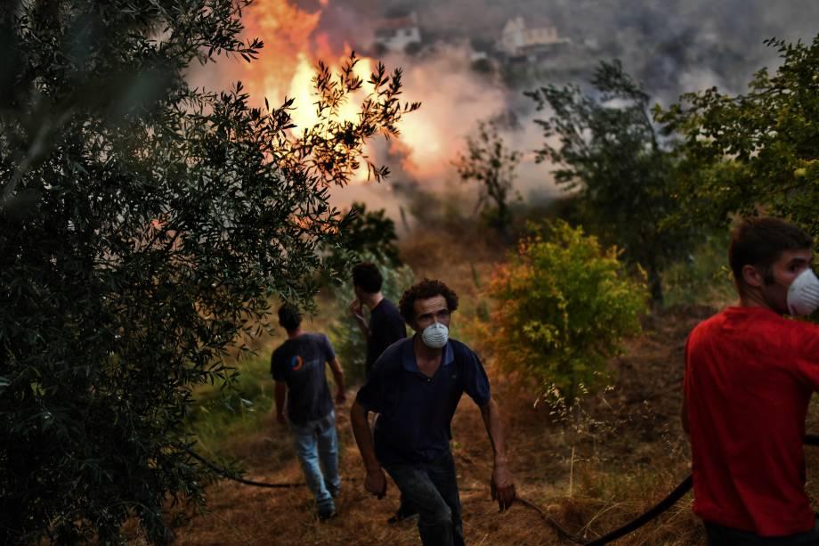 A volta das altas temperaturas e o tempo extremamente seco em Portugal provocam um incêndio florestal em Abrantes, onde moradores da Vila Pucarica trabalham para apagar