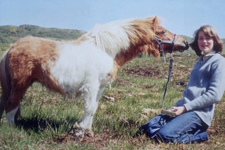 Diana Spencer brincando com um pônei aos 14 anos em 1974