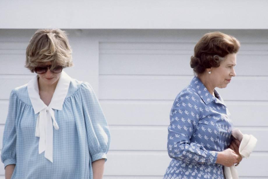Princesa Diana com a rainha Elizabeth II durante uma partida de polo em Windsor em 1982