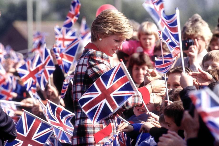 Diana, princesa de Gales caminha entre uma multidão de crianças durante uma visita em Devon, em setembro de 1990