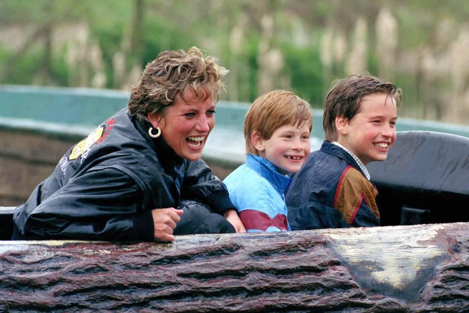 Diana, princesa de Gales, com os filhos William e Harry visitam o parque de diversões 'Thorpe Park' em Chertsey em 1993