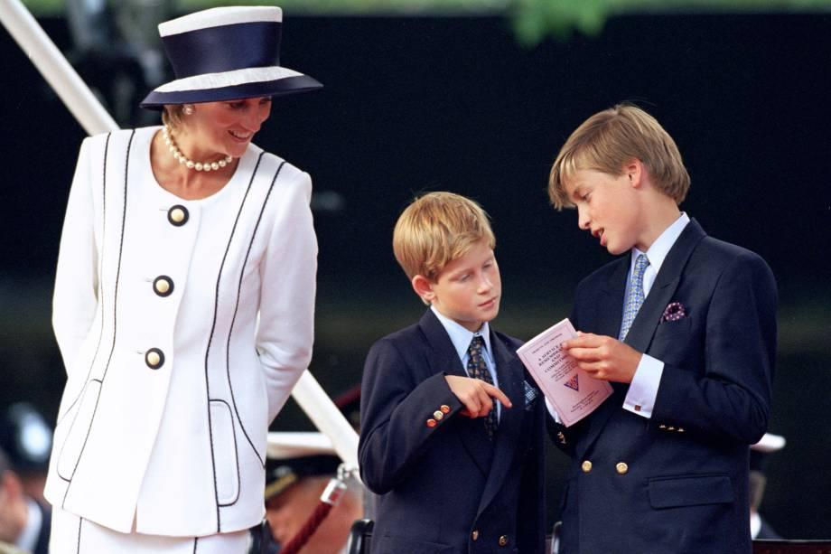 A princesa Diana com os filhos William e Harry durante cerimônia em Londres em 1995