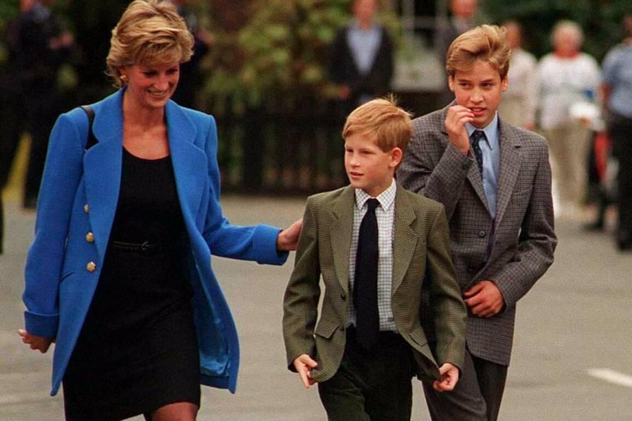 O príncipe William chega com a mãe Diana, e seu irmão Harry para seu primeiro dia no Eton College, em 16 de setembro de 1995, em Windsor