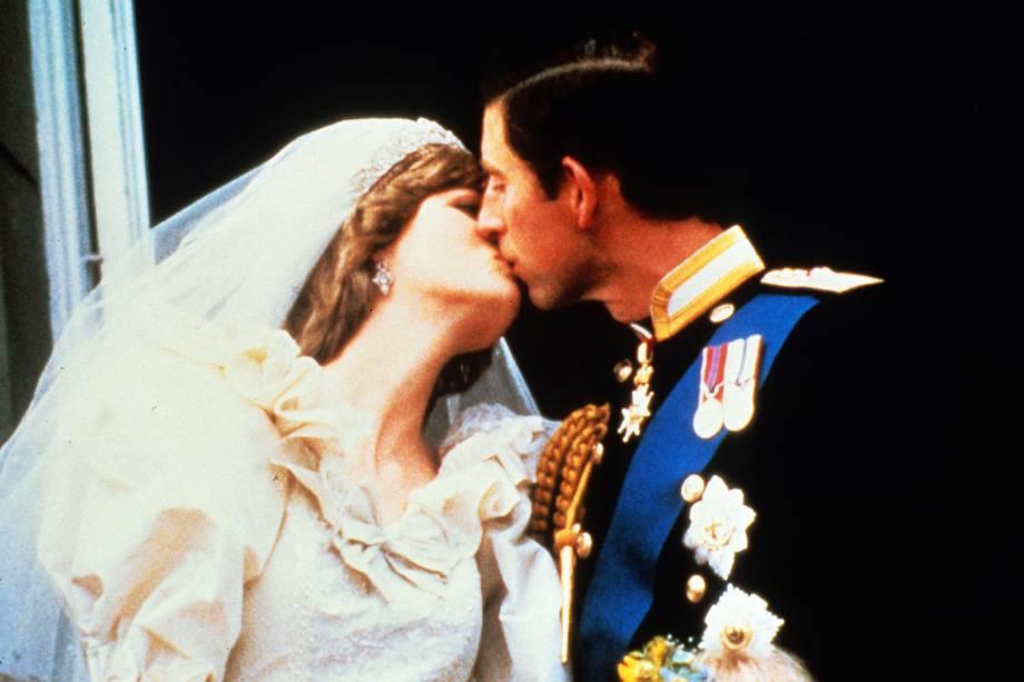 Príncipe Charles beija a princesa Diana na varanda do Palácio de Buckingham após o casamento em 29 de julho de 1981 em Londres