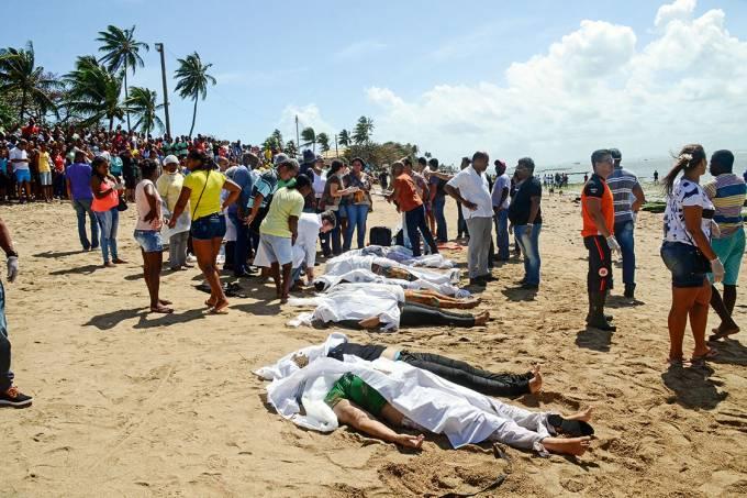 Cemitério de areia – Fileira de corpos em praia de Salvador: a maioria não teve nem tempo de colocar o salva-vidas