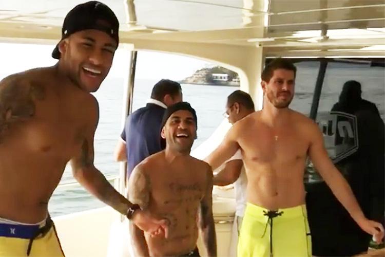 Os companheiros de clube de Neymar, Daniel Alves e Thiago Silva, e o jogador de vôlei Bruninho também estavam n festa