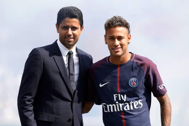 Atacante Neymar posa ao lado de Nasser Al Khelaifi, durante apresentação do jogador no PSG, no estádio Parque dos Príncipes, em Paris, na França - 05/08/2017