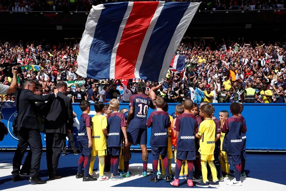 Neymar dá atenção a fãs que compareceram ao estádio Parque dos Príncipes, em Paris, para acompanharem a apresentação do atacante ao time do Paris Saint-German - 05/08/2017