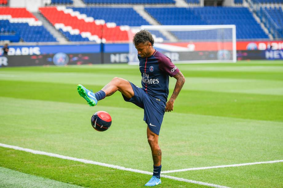 Neymar durante demonstração com bola no estádio Parc des Princes