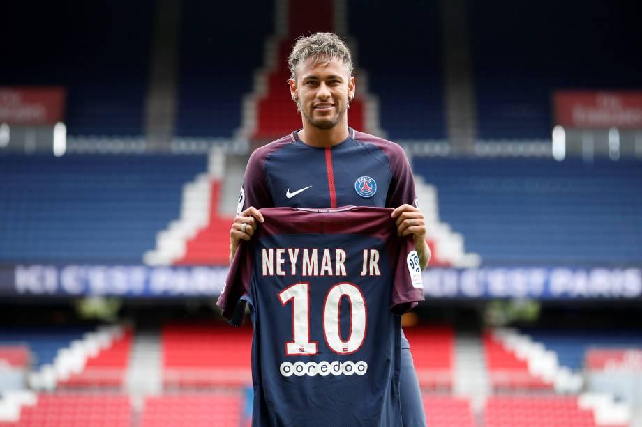 Neymar posa para foto com a camisa 10, que vestirá pelo PSG