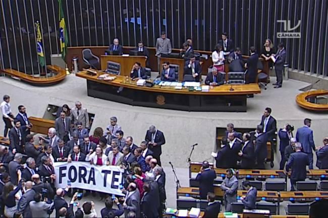 Oposição protesta no plenário da Câmara