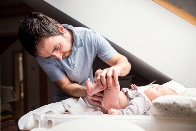Pai trocando a fralda de seu bebê