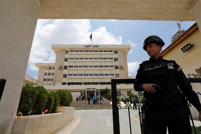 Policial em frente ao Parlamento da Jordânia