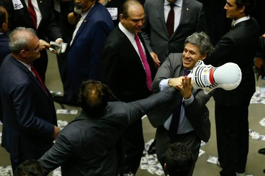 O deputado Paulo Teixeira (PT-SP) puxa e tenta furar com os dentes o pixuleco que estava com o deputado Wladimir Costa (SD-PA)