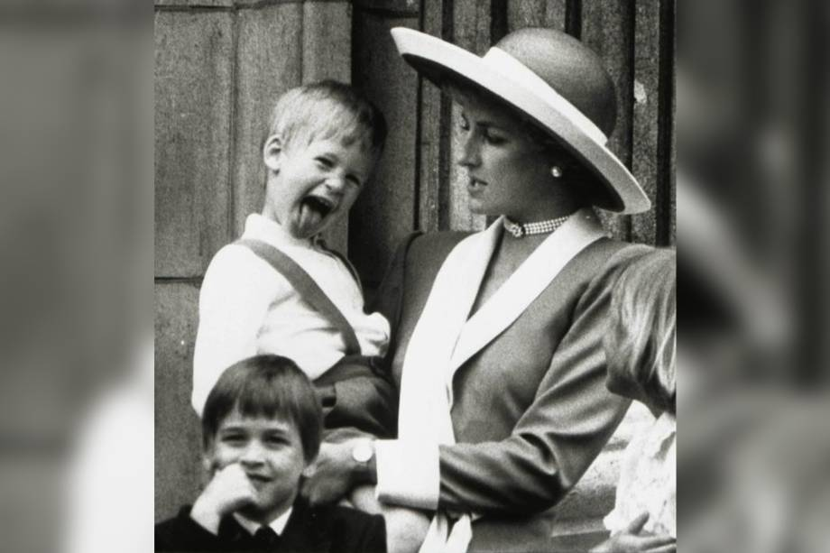 Princesa Diana, do Reino Unido, com os filhos Harry e William no Palácio de Buckingham, em Londres - 11/06/1988