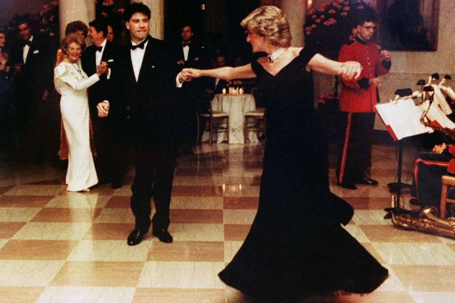 Durante um jantar na Casa Branca, em Washington, nos Estados Unidos, Lady Di dança com o ator americano John Travolta - 09/11/1985