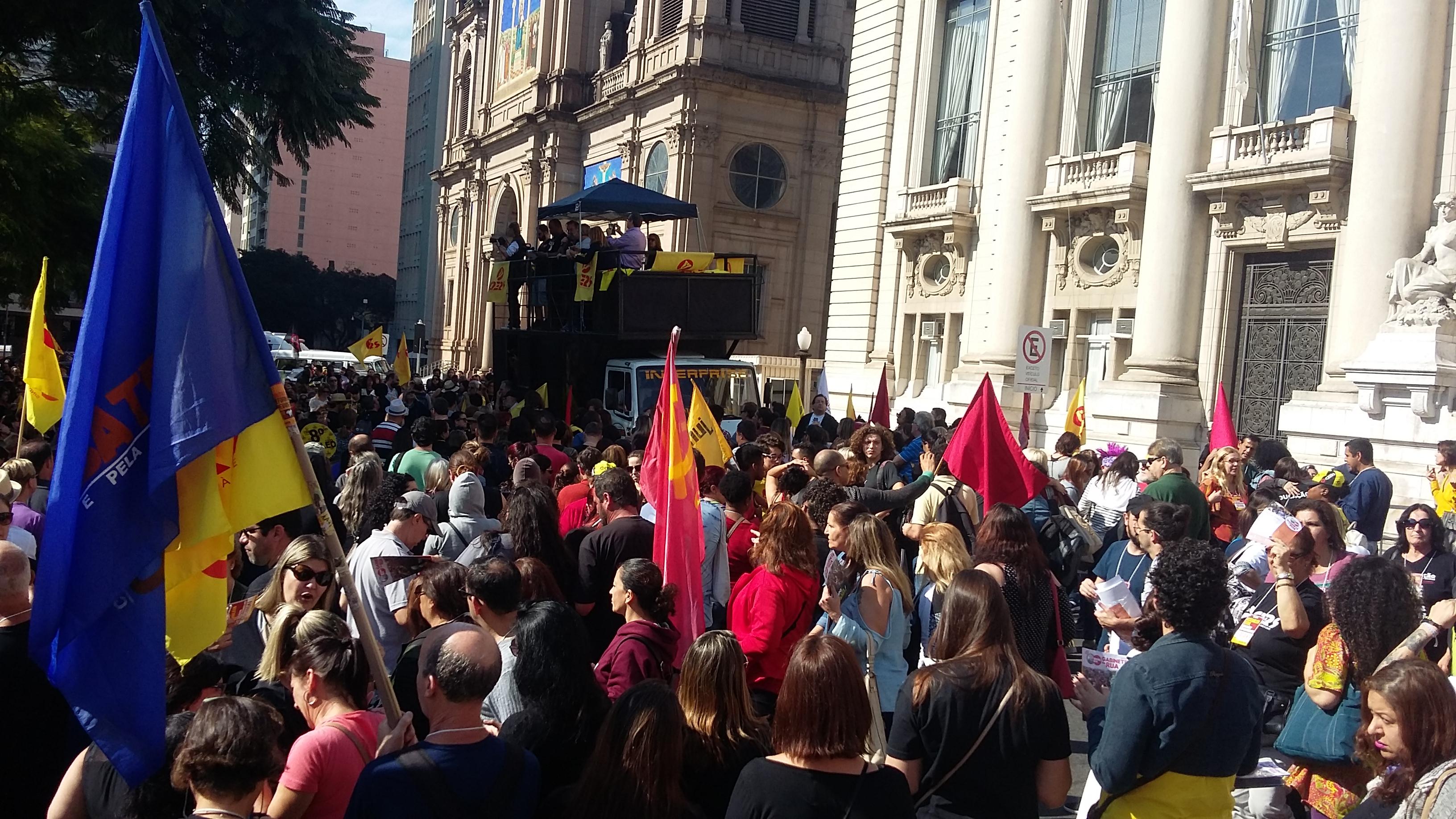 Professores estaduais fazem protesto em frente ao Palácio Piratini
